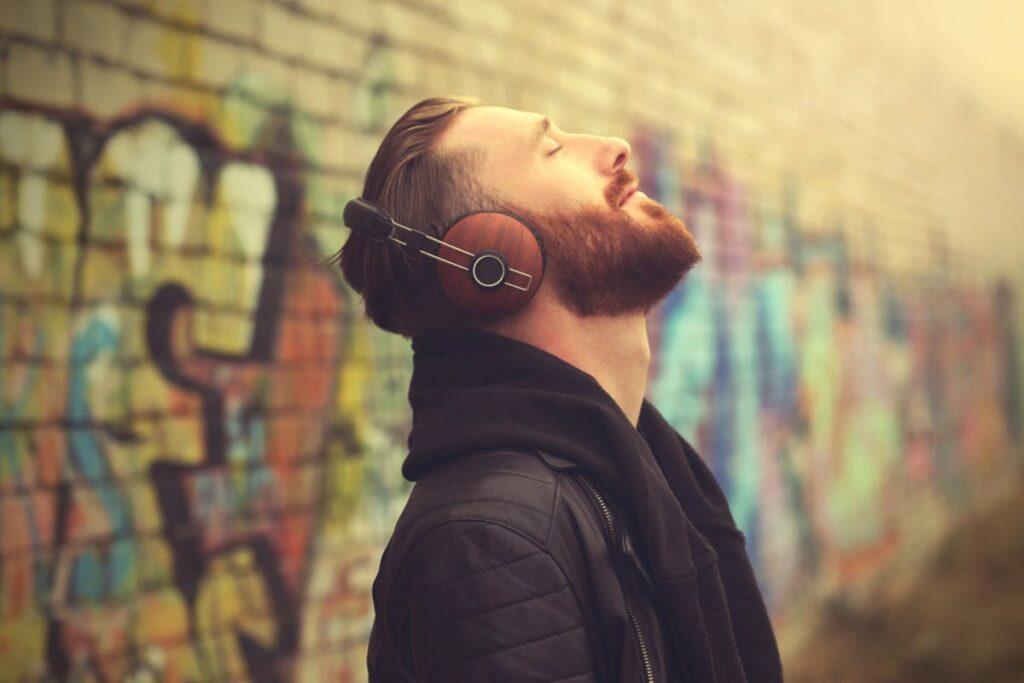 наслаждаться музыкой